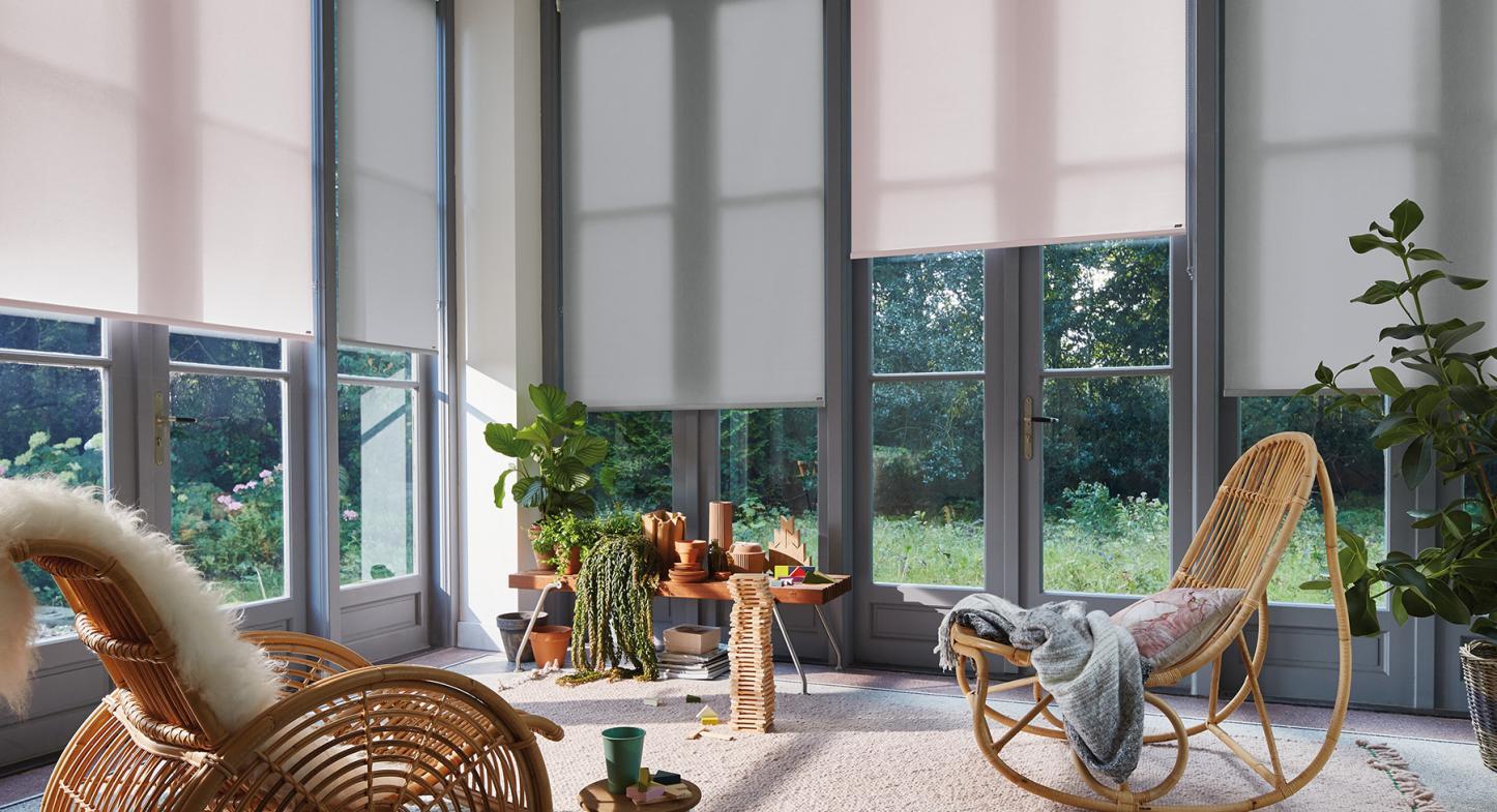 Conoce las diferencias entre las cortinas roller screen y las blackout