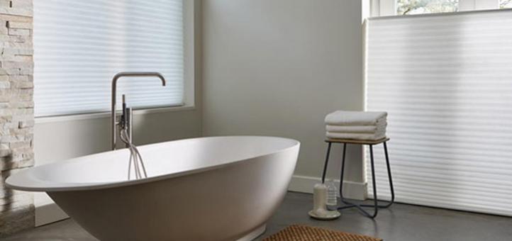 Cortinas o persianas: ¿Cuál es mejor para la ventana de un baño?
