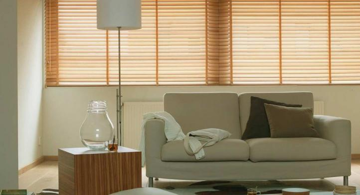 ¿Por qué debes usar cortinas y persianas de madera en una ventana?