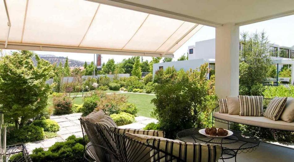 ¿Por qué es importante cubrir los espacios exteriores con toldos?