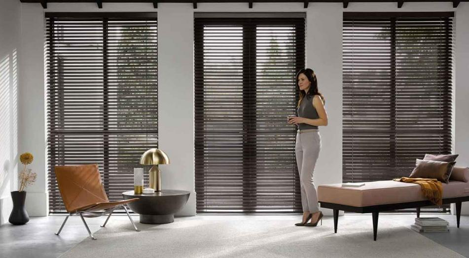 5 tipos de cortinas perfectas para ventanas con bordes de madera